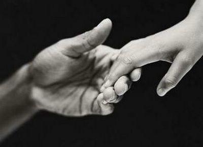 manos curando